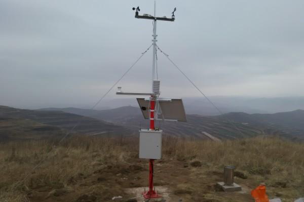 通过监测容易发生森林火灾区域的风速风向,空气的温度,相对湿度,太阳
